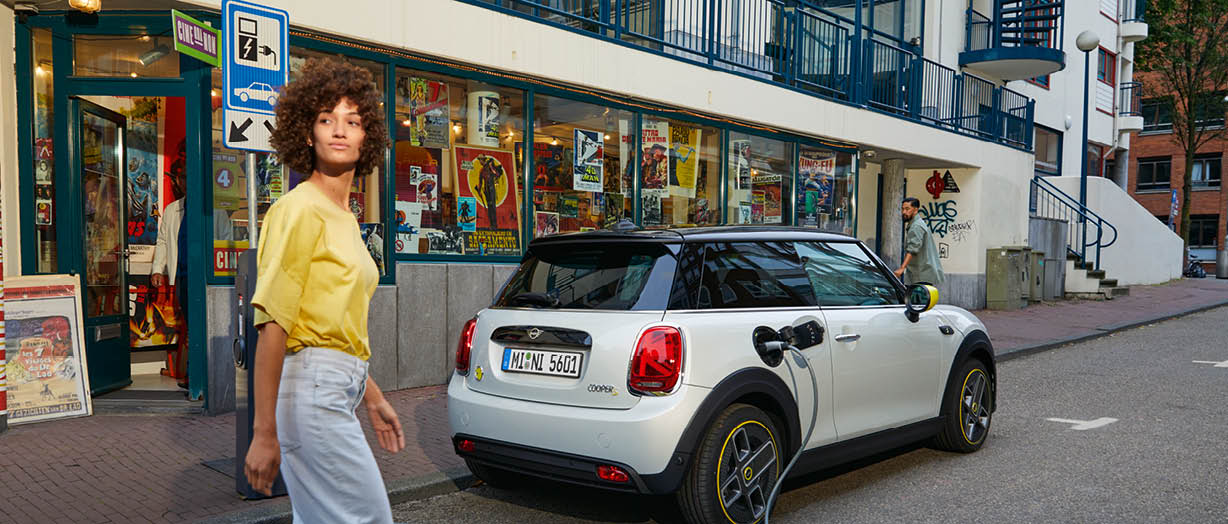 DER MINI COOPER SE 3-TÜRER.: CHARGED WITH PASSION.